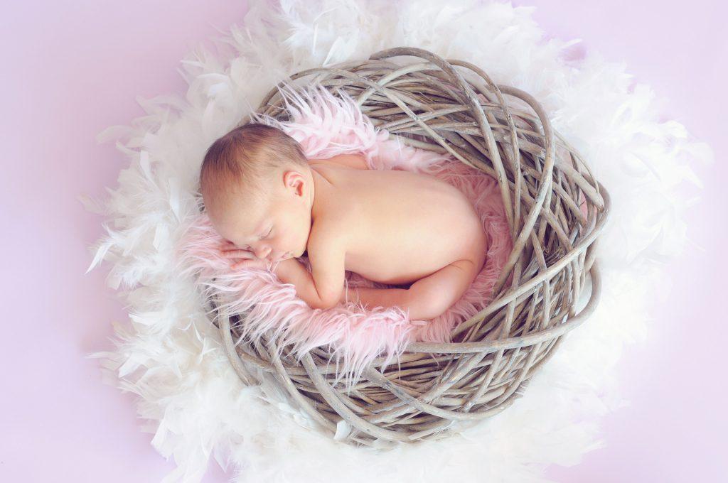איך יוצרים סביבת שינה בטוחה לתינוק